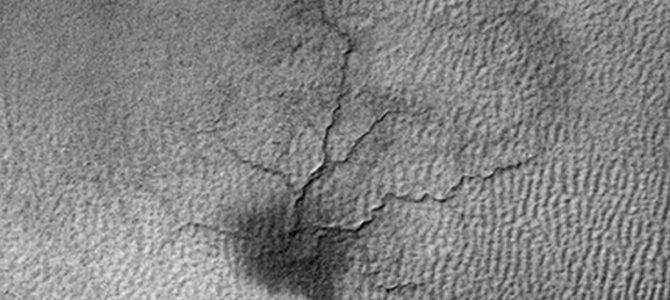 NASA registra canais se formando em Marte