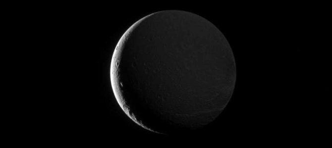 Sonda Cassini registra lua de Saturno sendo iluminada pelo próprio planeta