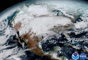 Uma tempestade significativa é vista atravessando os EUA.