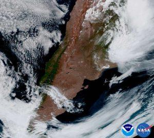 Agentina, América do Sul, com tempestades no nordeste e nuvens de ondas de montanha no sudoeste.