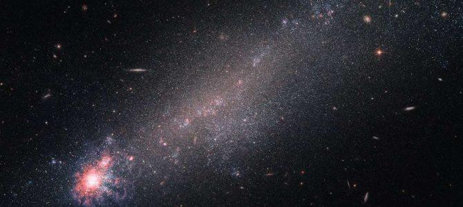 NGC 4861, a galáxia que desafia a sua classificação