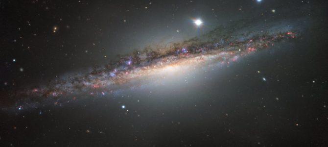 Galáxia NGC 1055 vista de perfil