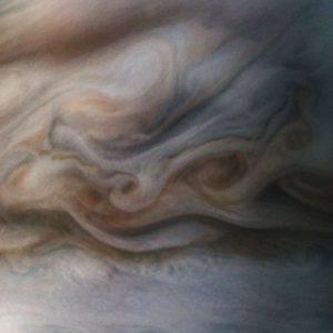 Aqui está um close-up do topo de nuvens turbulentas de Júpiter.