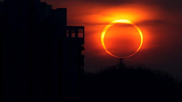 Belíssima imagem de um eclipse solar anular.