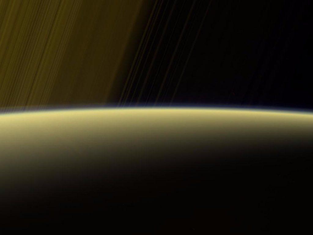A vista acima é um compósito de falso cor feito usando imagens tiradas em filtros espectros vermelhos, verdes e ultravioleta. As imagens foram obtidas usando a câmera de ângulo estreito de Cassini em 16 de julho de 2017, a uma distância de cerca de 777 mil milhas (1,25 milhões de km).