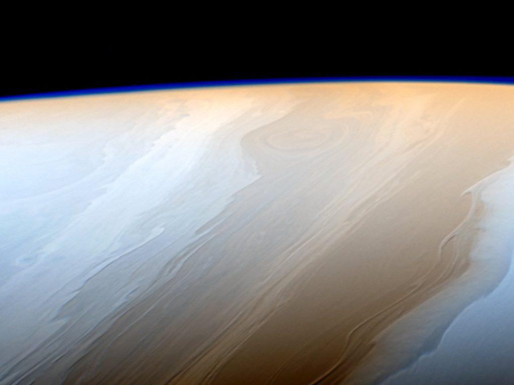 A imagem falsa acima foi tirada com a câmera de ângulo estreito de Cassini em 18 de maio de 2017, a uma distância de cerca de 750,000 milhas (1,2 milhão de quilômetros). As nuvens em Saturno parecem traços de uma escova cósmica por causa da maneira ondulada que os fluidos interagem na atmosfera de Saturno.