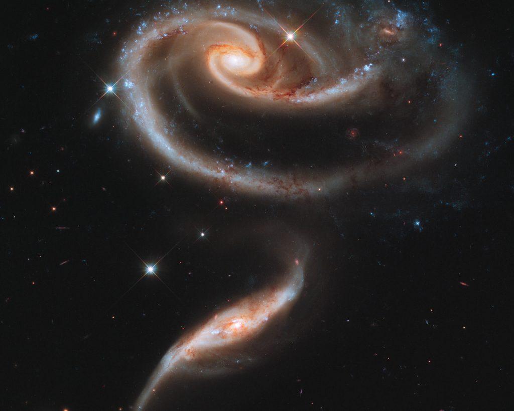 O conjunto de galáxias Arp 273 forma uma rosa no espaço.