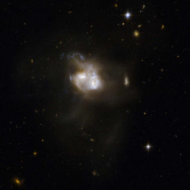NGC 5256 observado pelo Hubble em 2008.