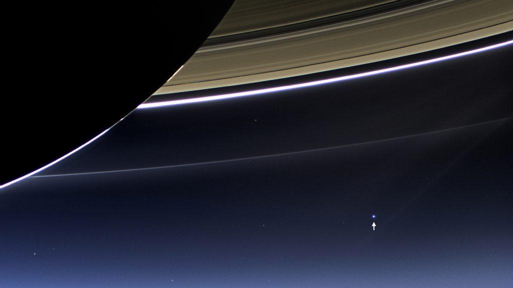 E para finalizar, esse pontinho azul é a Terra vista de Saturno.