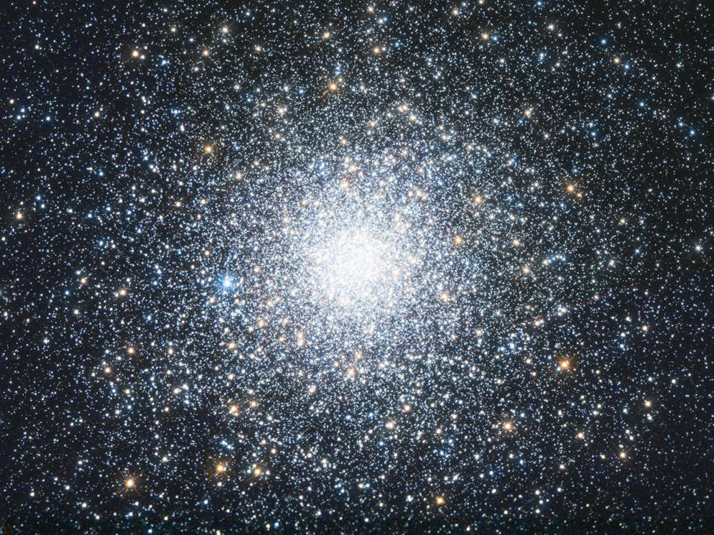 O aglomerado M75 contém cerca de 400.000 estrelas.