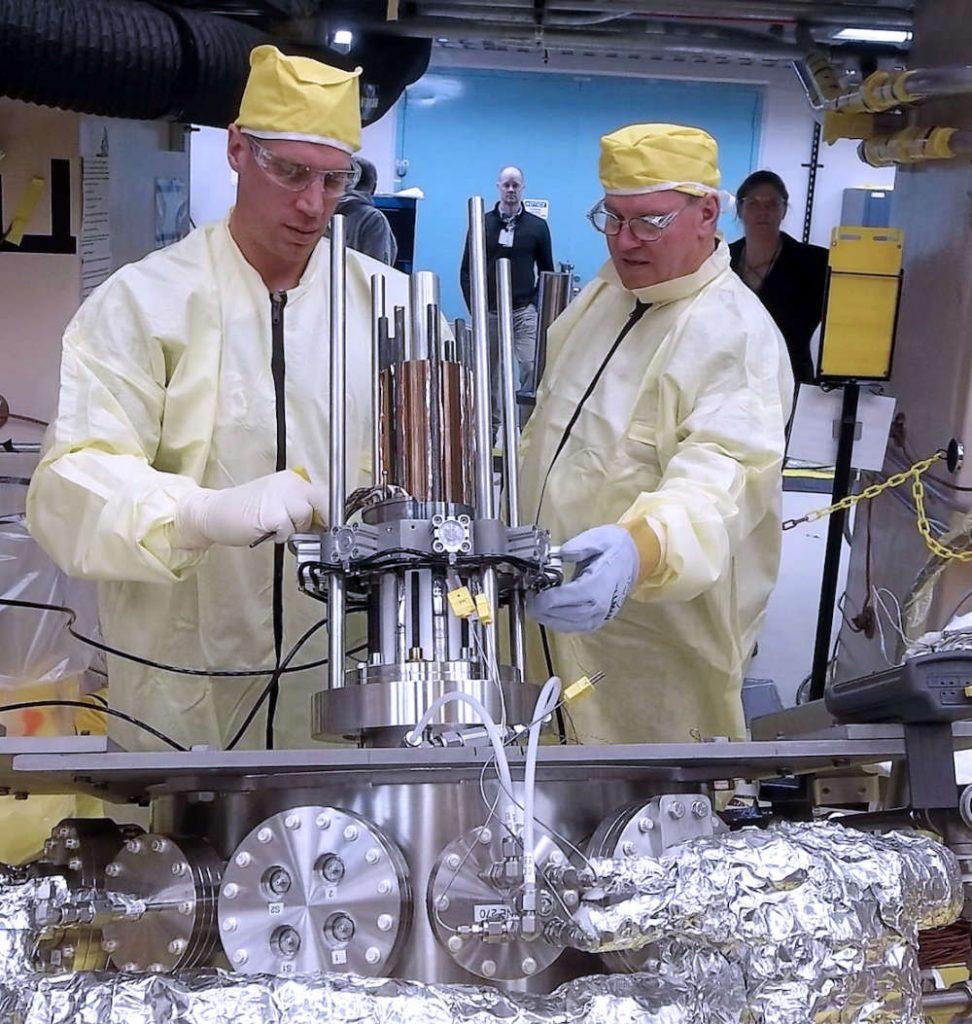 Pesquisadores testando o protótipo.