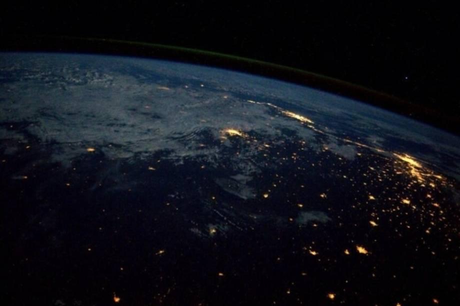 Rio de Janeiro e São Paulo vistos do espaço a noite.